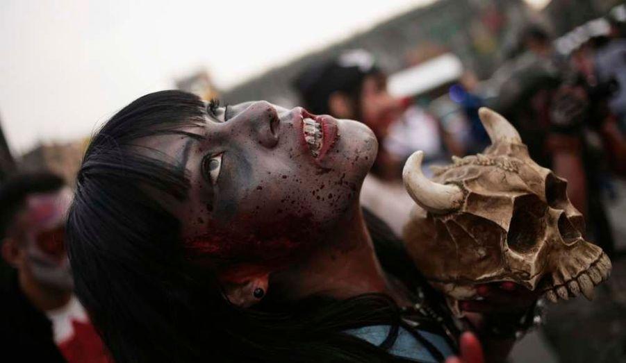 """Plus de 9 000 personnes ont participé à une """"marche des zombies"""" organisée dans le centre-ville de Mexico. Ils ont ainsi battu le record du monde de la plus grande concentration de """"zombies""""."""