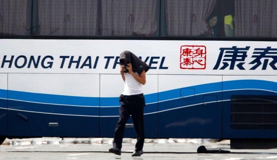 Un huitième touriste a été libéré du bus pris en otage à Manille. Un ancien policier, armé d'un fusil d'assaut, retient des touristes hongkongais à l'intérieur depuis ce matin.