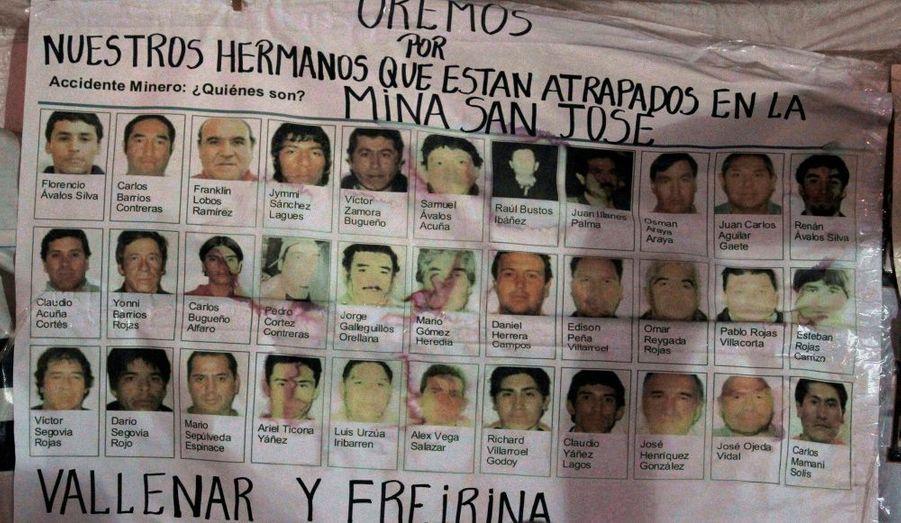Une affiche montre les portraits des 33 mineurs pris au piège depuis 17 jours dans le souterrain d'une mine de cuivre et d'or à Copiapo, au Chili.