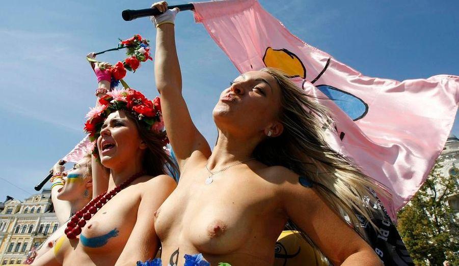Des membres de l'organisation pour les droits de la femme, la Femen, ont participé à un défilé en moto à Kiev, en Ukraine, pour célébré le jour de l'Indépendance.
