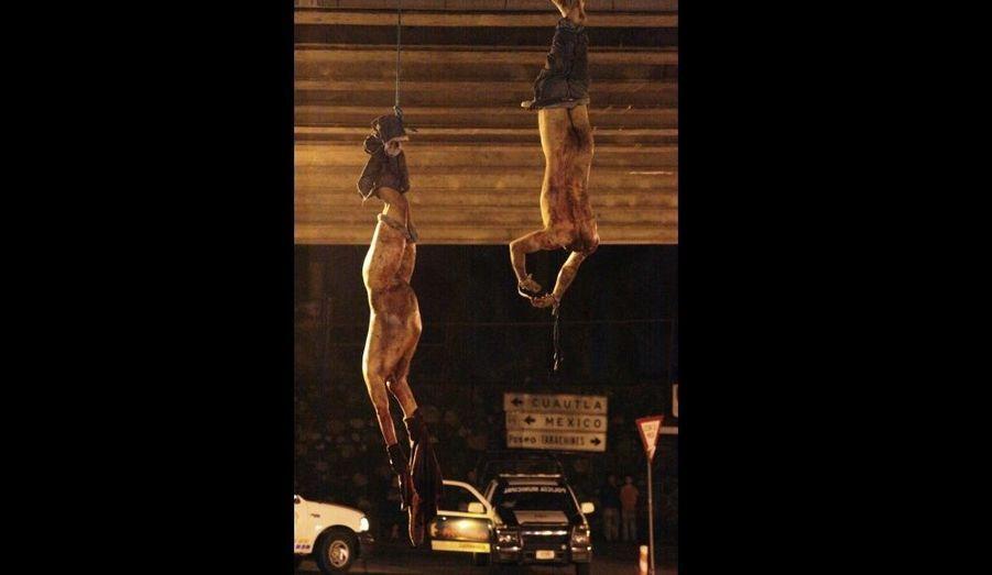 """Quatre corps décapités et mutilés ont été découverts dimanche matin, pendus par les pieds à un pont de Cuernavaca, une ville verdoyante située à une heure de Mexico. Les organes génitaux, les index et les têtes de ces quatre jeunes hommes ont été retrouvés non loin de là, a déclaré le parquet de l'Etat de Morelos. Ils étaient accompagnés d'une note disant: """"C'est ce qui arrive à quiconque aide le traître Edgar Valdes"""", allusion à un trafiquant de drogue."""