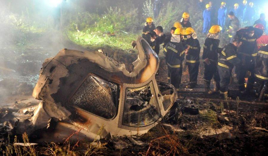 Cinquante-quatre des 96 passagers de l'avion de la Henan Airlines qui s'est crashé mardi soir à Yichun, dans le Nord-Est de la Chine, ont survécu, rapporte Reuters citant Chine nouvelle. L'appareil s'est écrasé à l'atterrissage, en bout de piste. Sept personnes auraient été grièvement blessées.