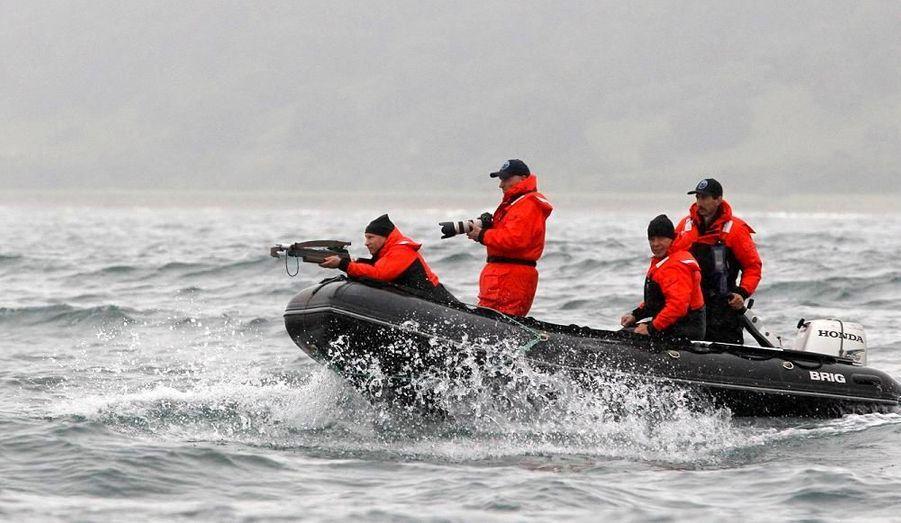 Le Premier ministre russe Vladimir Poutine se sert d'une arbalette et vise une baleine. L'arme est équipée de flèches conçues pour prendre des échantillons de peau, qui serviront pour étude de recherche sur les baleines.