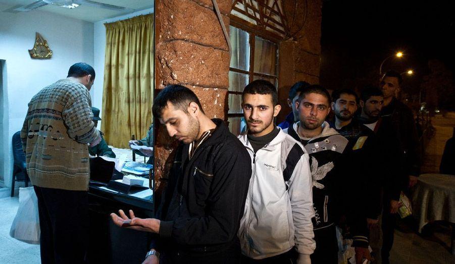 Bachar al-Assad a prononcé une amnistie générale pour tous les crimes commis depuis le début de l'insurrection en Syrie, mi-mars, a rapporté l'agence officielle Sanaa. Ici, des détenus sur le point d'être libérés attendent en rang pour les procédures de libération à la prison d'Adra, à Damas.