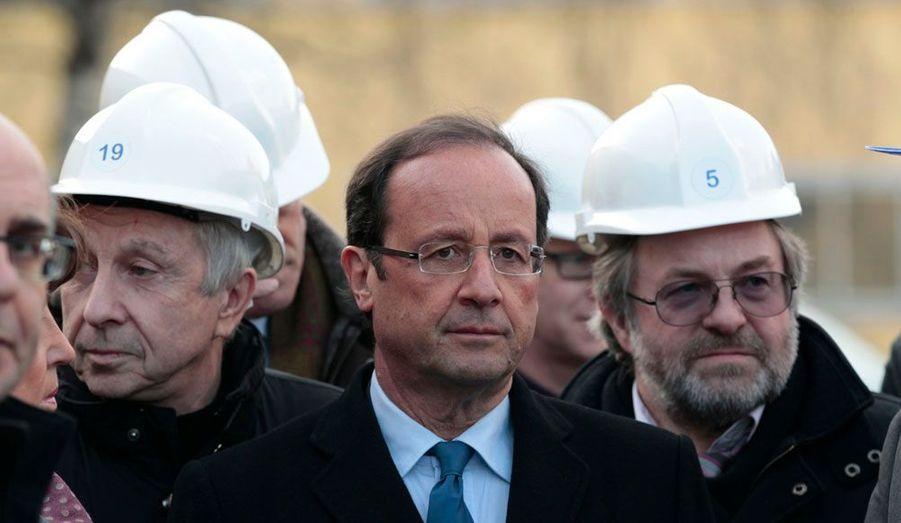 Le candidat socialiste est passé de la chaleur des Antilles aux hauts fourneaux de l'Est de la France, comme ici, à l'aciérie de Akers, à Thionville, mardi. Il s'est également rendu à Gandrange, ville dont le PS fait le symbole d'une promesse non-tenue, faite aux salariés d'ArcelorMittal par Nicolas Sarkozy. L'objectif: martelé le thème de la réindustrialisation, cher à François Hollande.