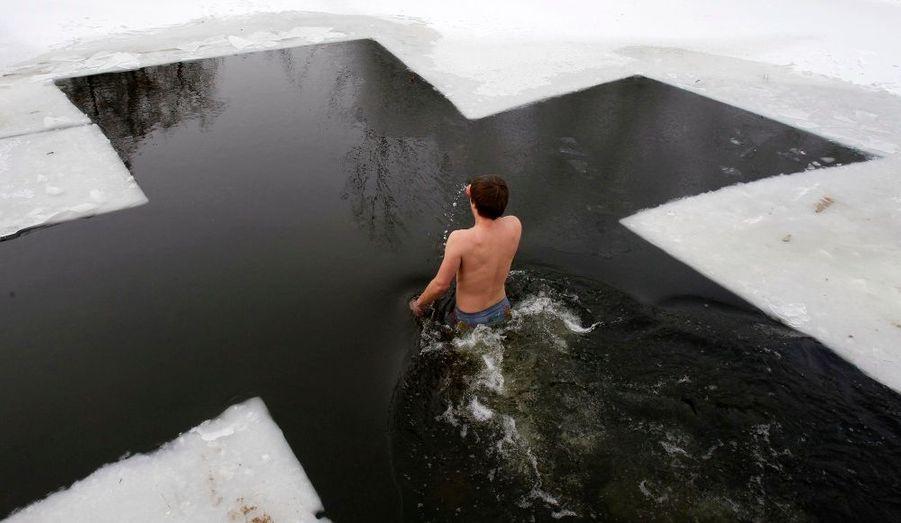 Un homme plonge dans un lac glacé de Kiev, en Ukraine, pour célébrer l'épiphanie orthodoxe.