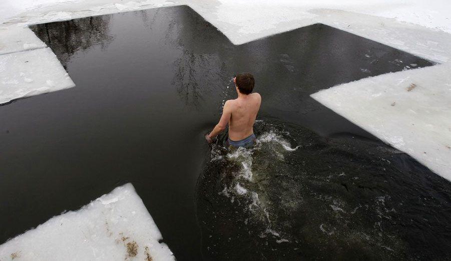 Un Ukrainien se baigne dans un lac pendant les célébrations de l'Epiphanie Orthodoxe à Kiev, le 19 janvier.