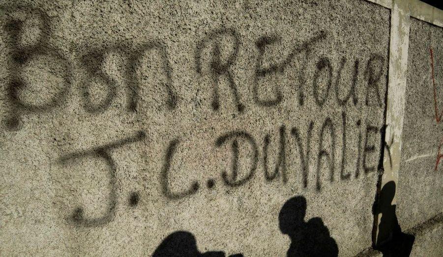 C'est l'inscription faite sur un mur de Port-au-Prince en Haïti. Jean-Claude Duvalier a été inculpé pour «corruption et abus de pouvoir» à son retour dans le pays.
