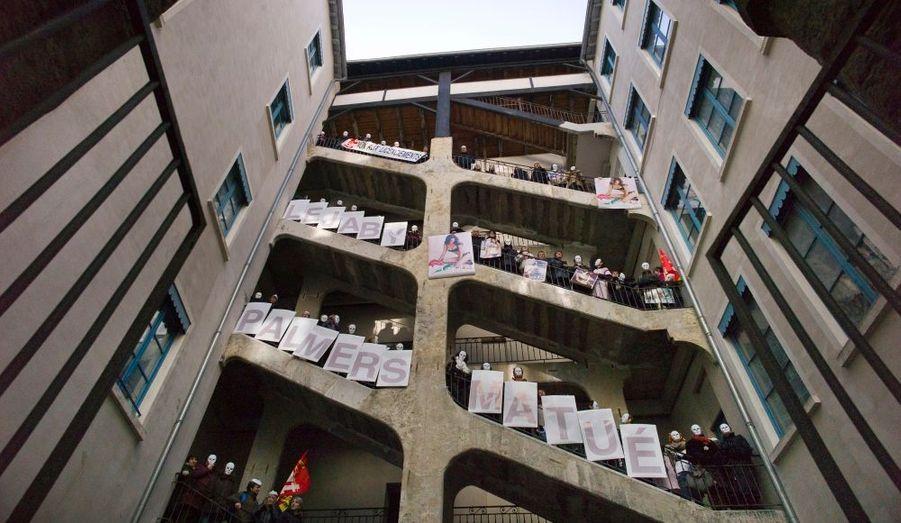 Les employés de Lejaby manifestent dans Cour des Voraces, à Lyon. C'est de ce haut lieu de la contestation, situé sur les pentes de la Croix Rousse, qu'est parti la troisième insurrection des Canuts (les ouvriers du textile lyonnais au XIXe siècle) en 1848. Les salariés de la marque de lingerie se battent pour sauver leur entreprise, placée en redressement judiciaire.