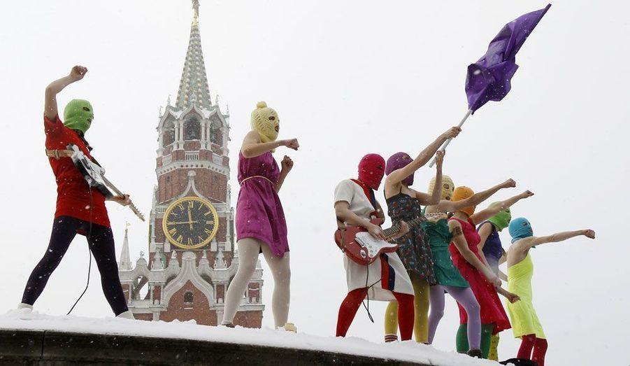 """Huit membres du groupe de féministes radicales russes""""Pussy Riot"""" chantent une chanson sur la Place Rouge de Moscou. Une performance organisée dans le but de protester contre les politiques conduites par le Premier ministre Vladimir Poutine."""