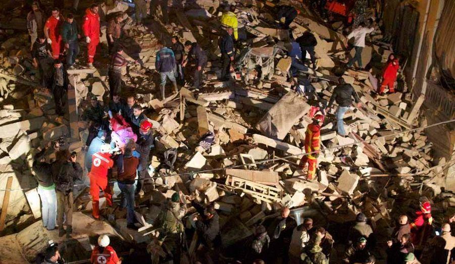 Au moins 27 personnes ont été tuées et plusieurs autres blessées dans l'effondrement dimanche soir d'un vieil immeuble dans le quartier de Fassouh, à Beyrouth, rapporte L'Orient-le-Jour, qui prédit que le bilan va s'alourdir.