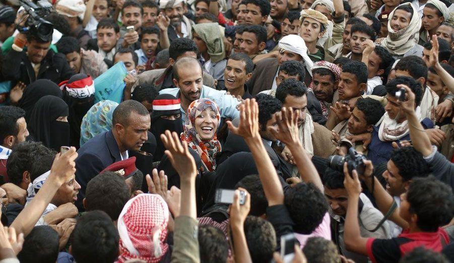 La co-lauréate du prix Nobel de la paix, la Yéménite Tawakul Karman est accueillie en héroïne par des manifestants anti-gouvernementaux lors d'un déplacement à Saana.