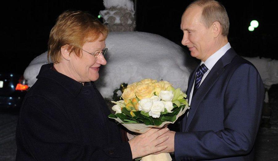 A l'occasion d'une rencontre en Russie le 17 janvier, le Premier Ministre Russe Vladimir Poutine offre des fleurs à la Présidente Finlandaise Tarja Halonen.