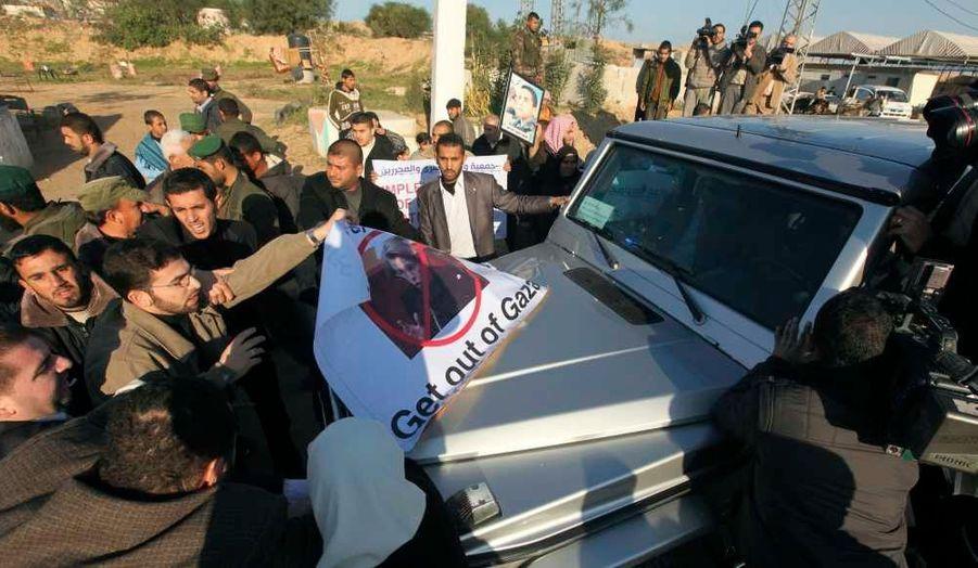 Alors qu'elle effectue sa première visite au Proche-Orient en tant que ministre des Affaires étrangère, Michèle Alliot-Marie s'est fait chahuter à son arrivée dans la bande de Gaza, contrôlée depuis juin 2007 par le Hamas.