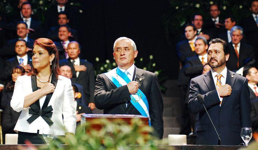 Le président guatémaltèque Otto Pérez Molina (au centre) a pris ses fonctions samedi, s'engageant à lutter contre le crimes organisé, le trafic de drogues et la violence dans ce pays d'Amérique centrale.