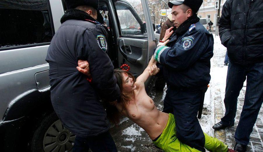 Une militante du groupe ukrainien Femen est emmenée sans ménagement par la police à Kiev, devant la résidence de l'ambassadeur indien. Ces activistes qui défendent les droits des femmes dénonçaient les conditions d'attribution de visas par l'Inde aux femmes de pays de l'ex-Union soviétiques, devenues plus strictes afin de réduire la prostitution.