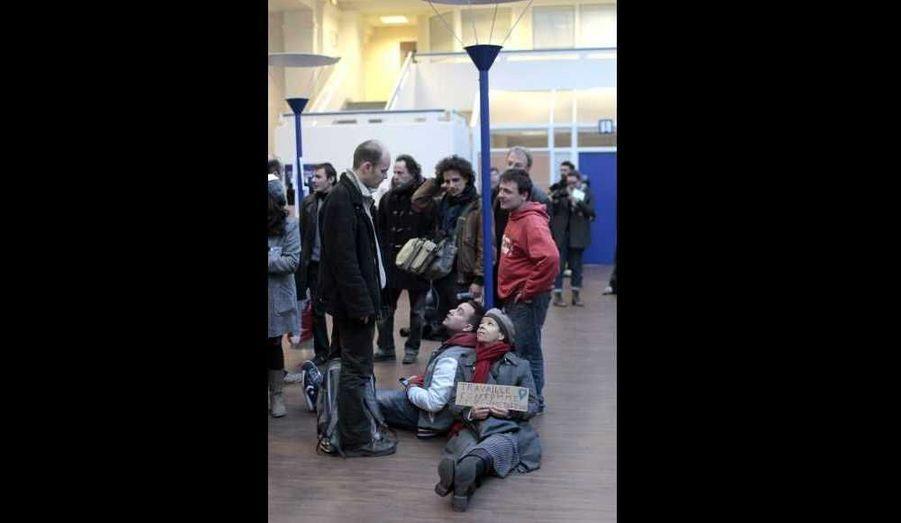 Plusieurs agences Pôle Emploi ont été momentanément occupées mardi notamment à Lyon, en Bretagne ou comme ici, à Clichy la Garenne (Hauts de Seine), par des militants de différentes organisations dont les Indignés, à la veille d'un sommet social organisé par l'Elysée.