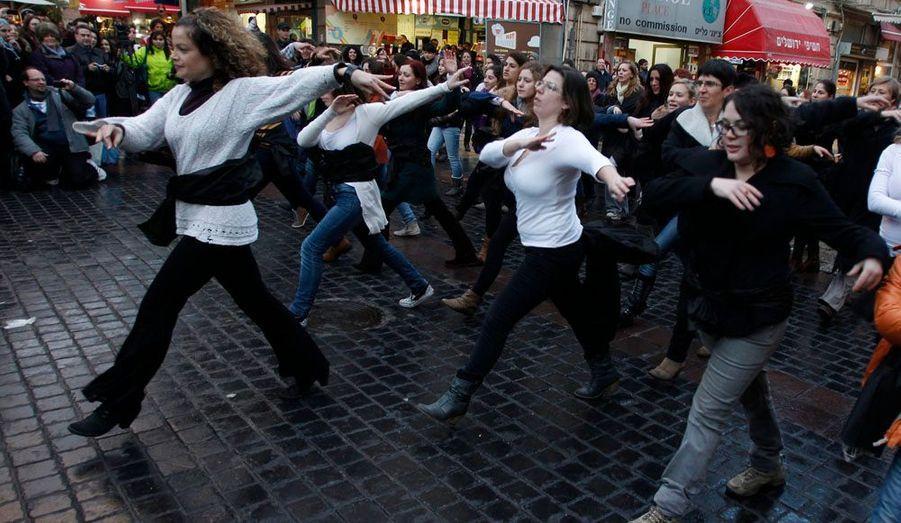 Des Israéliennes investissent les rues de Jérusalem le temps d'un «flash mob» (rassemblement d'un groupe de personnes dans un lieu public) afin de contester contre les religieux qui souhaiteraient imposer la séparations de sexes dans le pays.