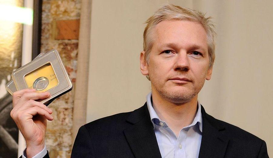 Julian Assange montre les disques contenant des informations sur des centaines de détenteurs de compte offshore, qui lui ont étaient remis par un ancien banquier suisse, Rudolf Elmer. Selon ce dernier, le fondateur de WikiLeaks pourrait révéler le noms d'une quarantaine d'hommes politiques et de milliardaires des États-Unis, d'Allemagne et de Grande-Bretagne, coupables d'évasion fiscale aux Iles Caïmans.