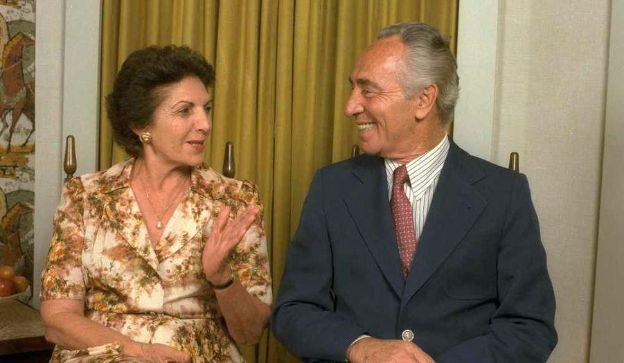 """Des milliers de personnes, y compris des dignitaires de l'État et des amis, ont assisté à l'enterrement de Sonia Peres, l'épouse de Shimon Peres, à Ben Shemen vendredi, au lendemain de son décès dans son sommeil à l'âge de 87 ans. Le président israélien a fait l'éloge de son épouse depuis 65 ans, dont il a salué la """"sagesse du coeur"""", selon le quotidien israélien Haaretz. """"Elle n'a jamais dévié du droit chemin"""", a-t-il assuré. """"Je l'ai aimée au premier coup d'oeil. Elle est l'amour de ma vie. Et cet amour restera dans mon cœur jusqu'à ce que mes yeux se fermeront à jamais"""", a ajouté l'homme de 87 ans."""
