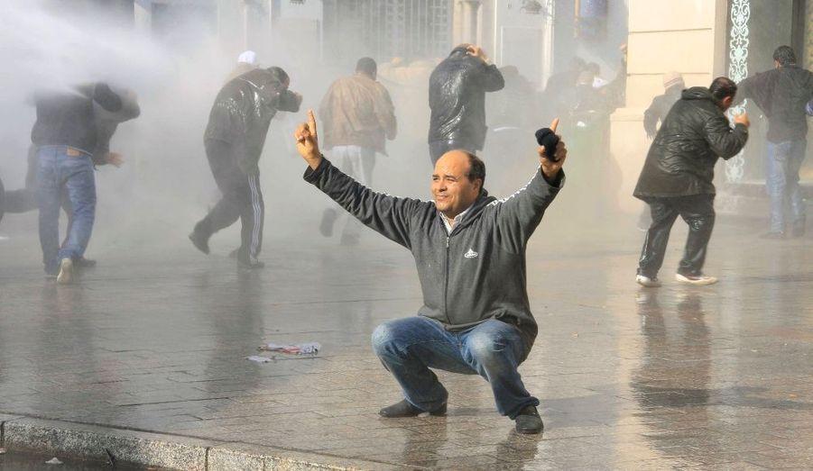 Des manifestants demandent que le parti de l'ancien président Ben Ali, qui a fui le pays, soit banni du nouveau gouvernement. Trois ministres d'opposition ont déjà quitté le pouvoir.