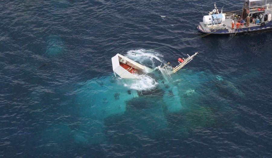 Le pont du cargo Rena est visible sous l'eau, à une vingtaine de kilomètres de Tauranga, sur la côte Est de la Nouvelle-Zélande. Échoué en octobre dernier dans la baie de Plenty, le porte-conteneur libérien en équilibre sur le récif de l'Astrolabe s'est brisé en deux le 7 janvier.
