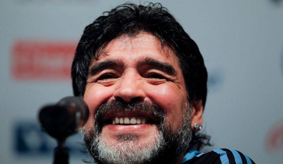 Diego Maradona, qui entraîne la sélection argentine de football, a tenu hier une conférence de presse à Buenos Aires au cours de laquelle il est apparu presque méconnaissable. Le Gamin en or qu'il était a vieilli et a pris de la barbe.