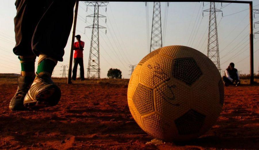 La Coupe du monde débutera le 11 juin prochain en Afrique du Sud. En attendant le début de la compétition, des enfants de Johannesbourg passent leur journée à jouer au football, rêvant sans doute à un beau beau parcours de leur équipe nationale.