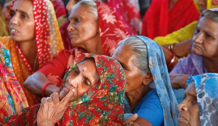 Des agricultrices indiennes manifestent contre la construction d'une centrale nucléaire, d'une capacité de de 6000 MW, dans le village de Jaspara, dans l'Etat occidental du Gujarat. Ils sont des milliers de fermiers à s'être mobilisés, vendredi, contre ce projet voulu par le gouvernement.