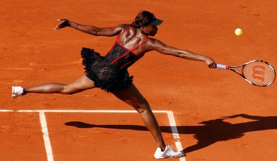 La tenue de Venus Williams, tout en dentelle noire et détails rouges, a fait sensation sur la terre battue de Roland Garros. Bien que très éloignée des tenues de sport habituelles, cette petite robe n'a pas empêchée Venus de jouer au top. L'américaine s'est qualifiée pour le deuxième tour en battant la suisse Patty Schnyder en deux sets, 6-3, 6-3.
