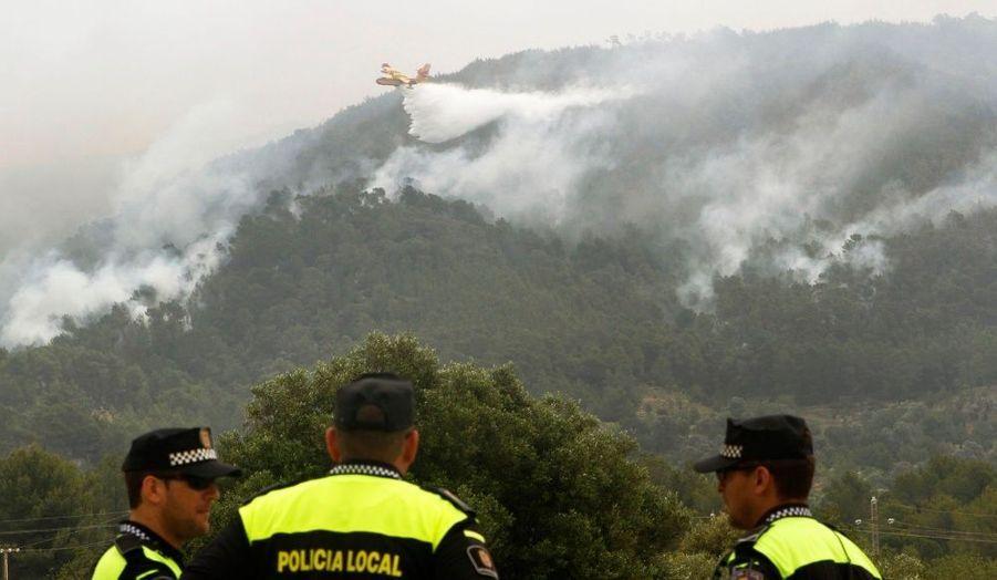 Un canadair survole la forêt à proximité du village de Sant Joan de Labritja, sur l'île espagnole d'Ibiza, dans l'archipel des Baléares, où un feu a détruit près de 2 000 hectares d'arbres et contraint quelque 250 personnes à évacuer leur maison. Il s'agit de l'incendie le plus important observé ces dernières années dans la région.