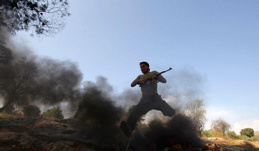Un membre de l'armée de libération syrienne s'entraîne avant d'aller au combat, à Idlib.