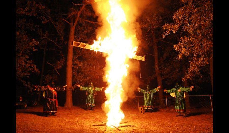 Des membres du Ku Klux Klan (KKK) participer à une cérémonie en brulant une croix dans la maison d'un homme du Klan de Warrenville, en Caroline du Sud. L'assistant Imperial du KKK, Dwayne Johnson a annoncé que c'était le premier allumage de croix en 50 ans.