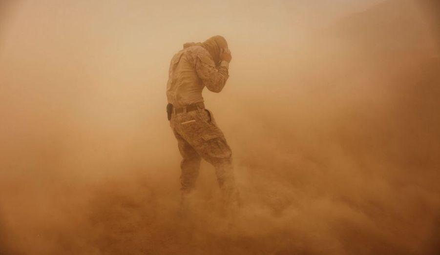 Le soldat de première classe Benjamin Brickman du 1er Bataillon, 8e Corps de Marines de la compagnie Alpha, marche dans une tempête de sable, non-loin de l'avant-poste isolé près Kunjak, dans la province méridionale d'Helmand en Afghanistan.