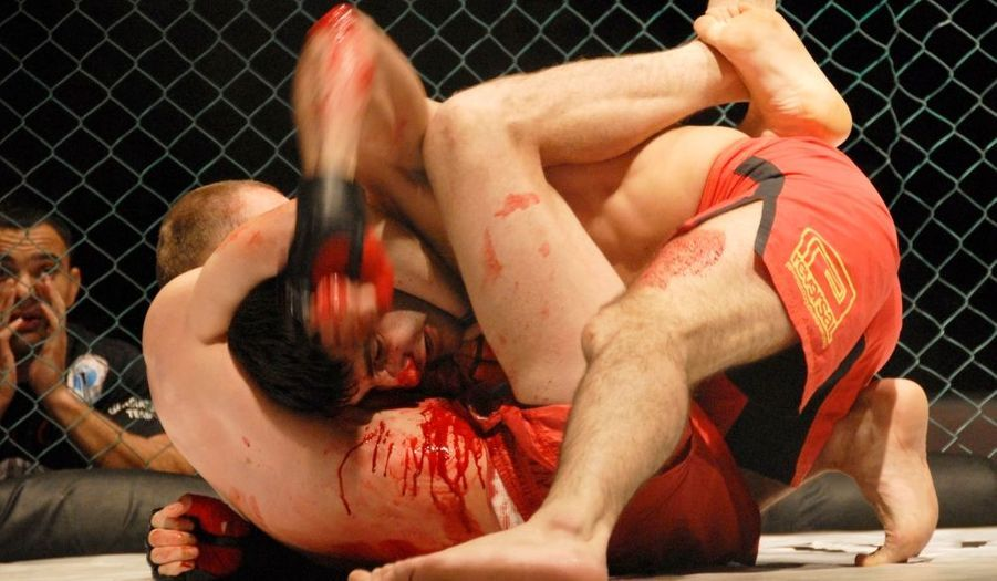 Les combattants du MMA,(Mixed Martial Arts) s'en donnent à coeur joie lors d'un match régional disputé à Vladivostok.