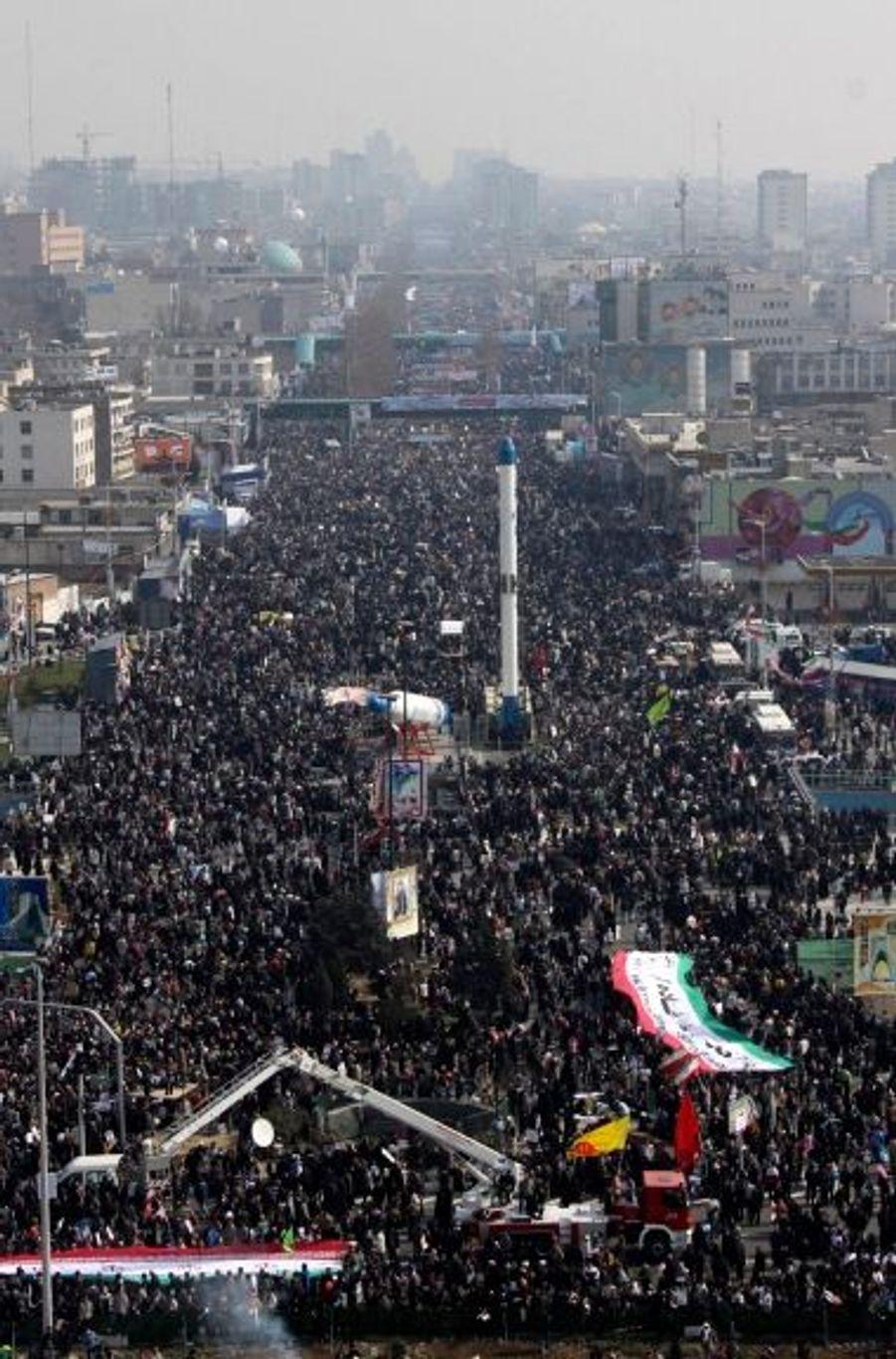 La gigantesque place Azadi de Téhéran, où Mahmoud Ahmadinejad prononce un discours ce jeudi à l'occasion des 31 ans de la révolution islamique. Si des centaines de milliers de manifestants pro-Ahmadinejad ont défilé dans les rues de la capitale, les opposants, eux-aussi, tentaient de s'exprimer et de se rassembler malgré la répression.