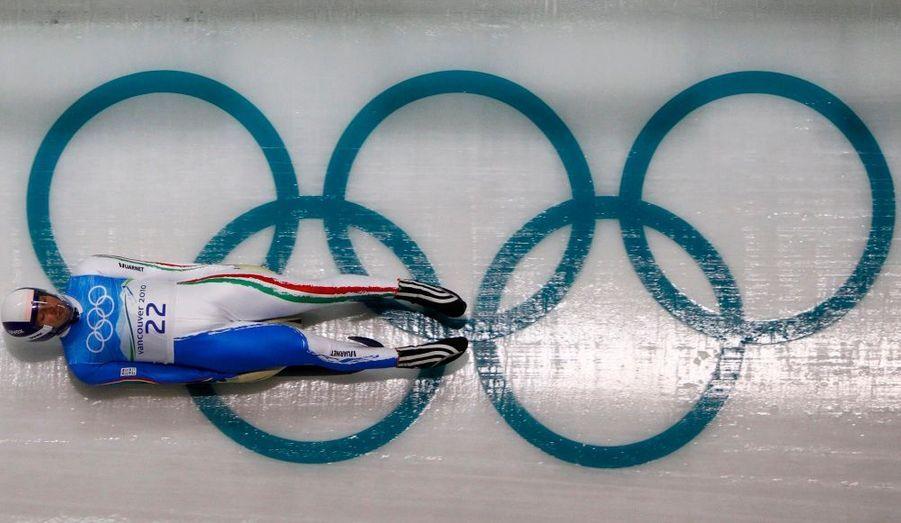 Le lugeur italien Reinhold Rainer s'entraîne à quelques heures du début des Jeux.