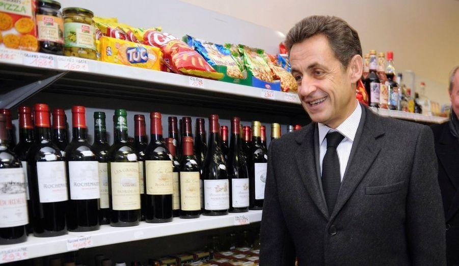 Nicolas Sarkozy était dans le Loir-et-Cher, où il a annoncé une série de mesures pour renforcer l'attractivité des zones rurales, en favorisant notamment leur accès au numérique ou en luttant contre la désertification médicale. Ici le président de la République, connu pour ne pas boire d'alcool, visite une épicerie de Souday.