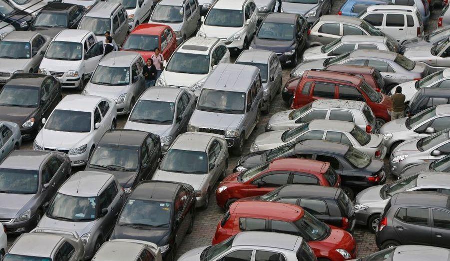 A New-Dehli, trouver une place pour se garer ou pour sortir de sa place de parking relève de l'exploit.