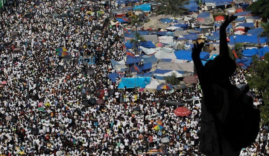 La foule s'est réunie dans le centre-ville de Port-au-Prince pour honorer la mémoire des disparus, un mois après le terrible séisme.