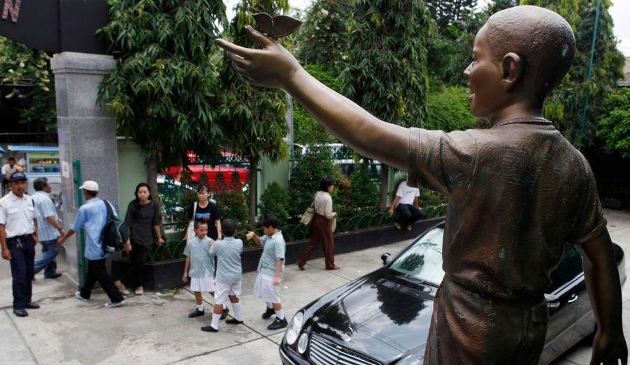 A l'orée de l'ancienne école de Barack Obama, une statue a été érigée en son honneur. Conçue en bronze, elle représente l'actuel président des Etats-Unis lorsqu'il avait 10 ans.