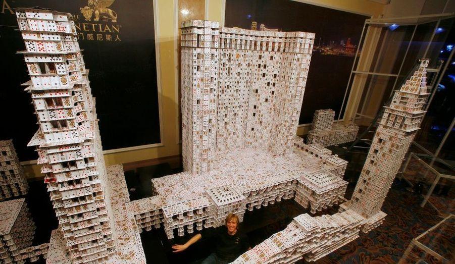 Bryan Berg a construit une réplique du Venetian Macao ainsi que les constructions adjacentes, avec des cartes à jouer. Berg a battu son propre record en bâtissant le plus grand château de cartes autoportant du monde. Il lui a fallu 218.792 cartes et 44 jours pour construire le projet, qui mesure 10,5 mètres.