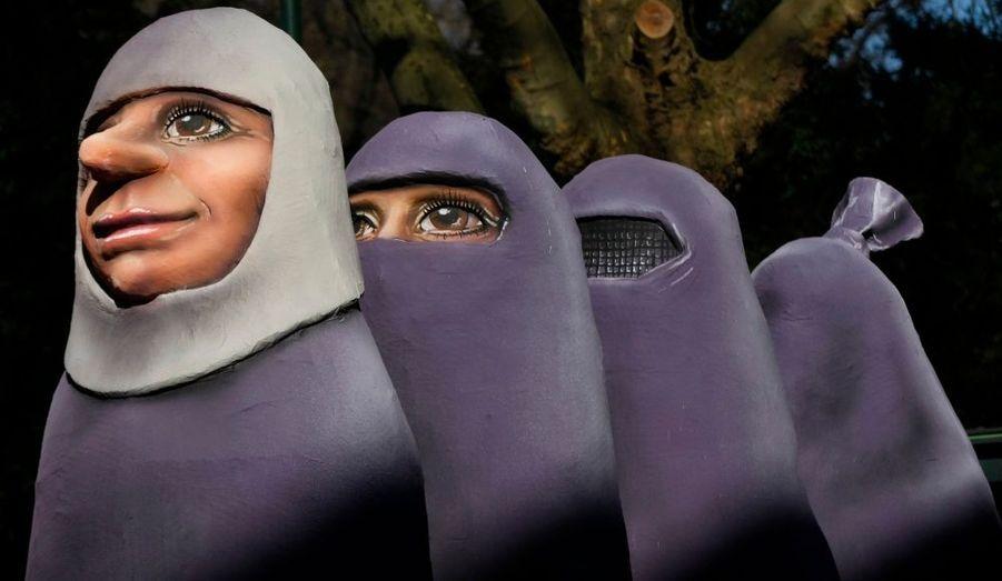 Des figures en papier mâché en forme de femmes portant une burka ont défilé lors de la parade du Lundi de la Rode, à Düsseldorf en Allemagne. C'est le carnaval le plus important de la saison outre-Rhin.