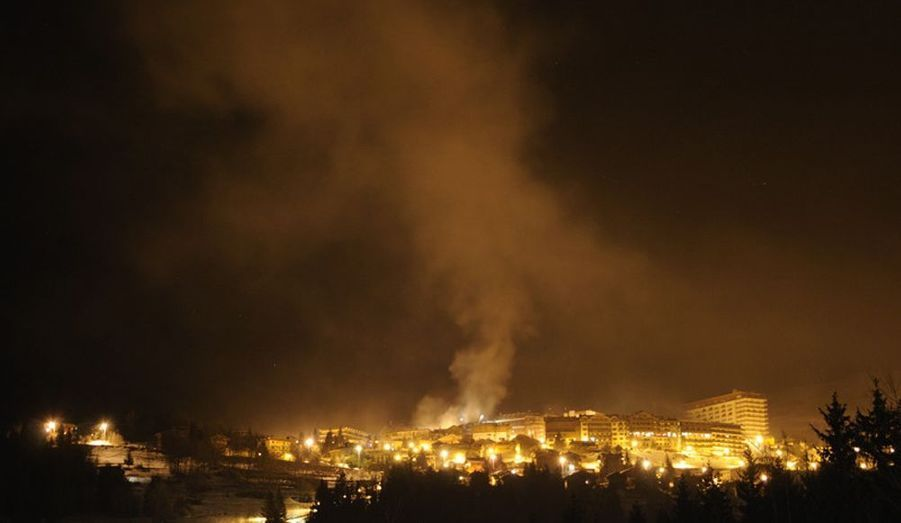 Les flammes ont réveillé dans la nuit de lundi à mardi les clients de l'hôtel et de la résidence du Golf à Courchevel, en Savoie. L'incendie a légèrement blessé deux personnes, tandis qu'environ 400 autres étaient évacuées. Plus de peur que de mal.