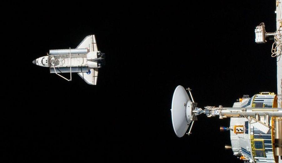 La navette Discovery est photographiée alors qu'elle effectue une sortie depuis la station spatiale internationale.
