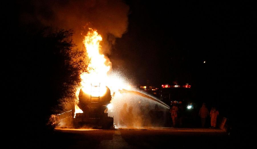 Un camion-citerne brûle à Ciudad Juarez, au Mexique. La ville est l'une des plus violentes du Mexique, en proie depuis des années à une interminable guerre des gangs.