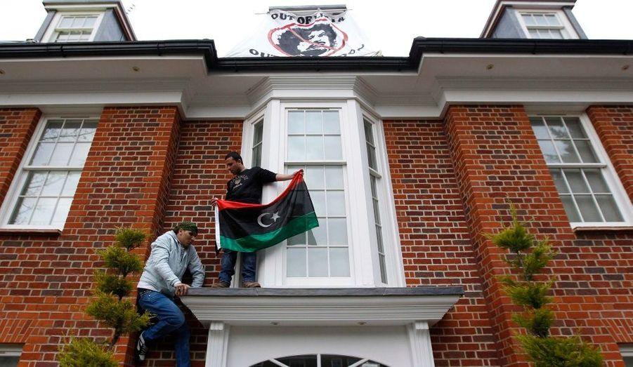 Des Libyens militent pour le départ du pouvoir du colonel Kadhafi en squattant la maison du fils du guide libyen dans un quartier chic de Londres.
