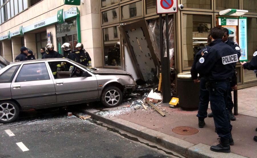 Selon une information de ParisMatch.com, l'agence BNP située rue Baudin, à Levallois-Perret, a été braquée vendredi matin à la voiture-bélier. Au volant de sa Renault 21, un homme a foncé à plusieurs reprises dans le distributeur automatique de la banque, située à l'angle de la place Marie-Jeanne Bassot. Il a ensuite pris la fuite à scooter. Aucune information sur son butin n'était disponible dans l'immédiat.