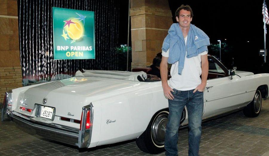 Le tennisman, quatrième joueur mondial au classement ATP, pose devant une sublime Cadillac blanche à l'occasion du tournoi d'Indian Wells.