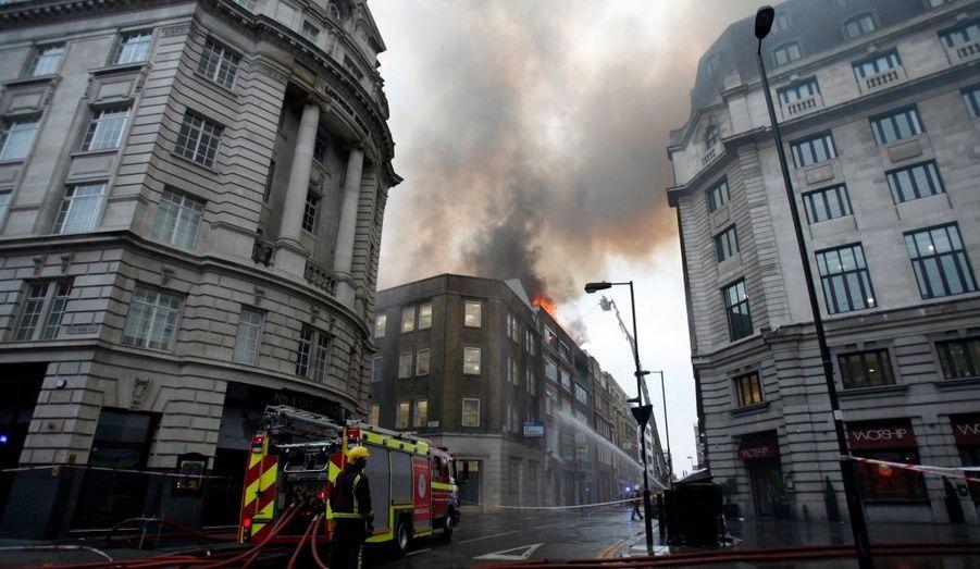 Plus d'une centaine de pompiers étaient mobilisés jeudi pour combattre les flammes dans un immeuble abritant un restaurant et des bureaux dans le centre de Londres. Les pompiers de Londres ont confirmé que des soldats du feu avaient été envoyés sur Tabernacle Street. Une épaisse fumée s'élevait au-dessus de la ville.
